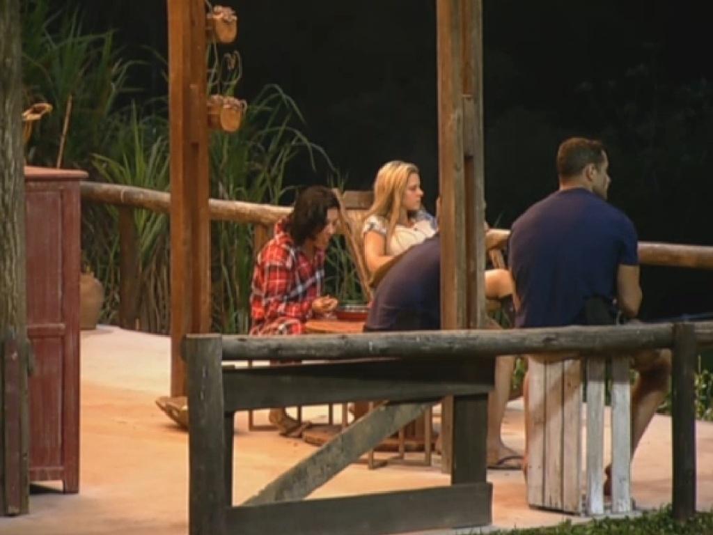 13.jul.2013 - Equipe Coelho janta do lado de fora do celeiro antes da formação da roça