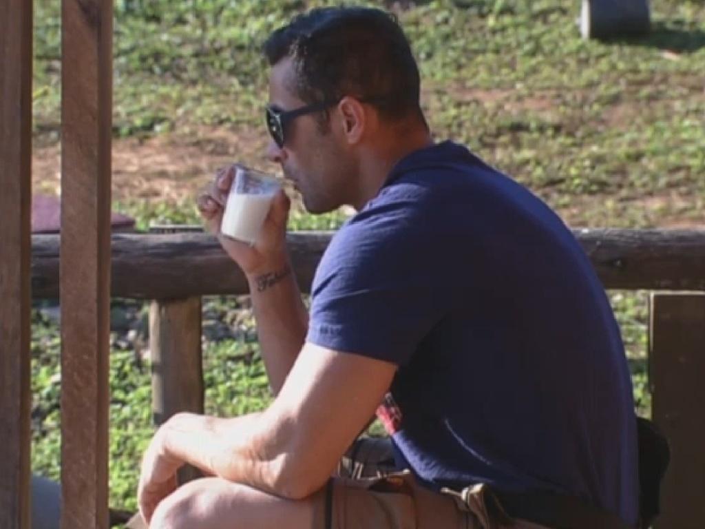 13.jul.2013 - Marcos Oliver relaxa enquanto bebe leite na manhã deste sábado no celeiro