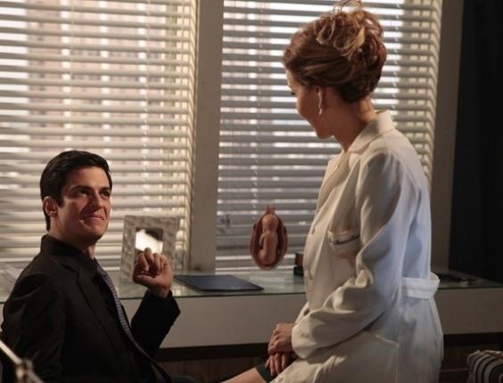 """Em """"Amor à Vida"""", Félix e Glauce decidem falsificar exame de DNA de Paloma e Paulinha"""