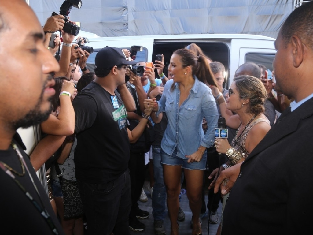 14.jul.2013 - Ivete Sangalo chega ao salvador fest