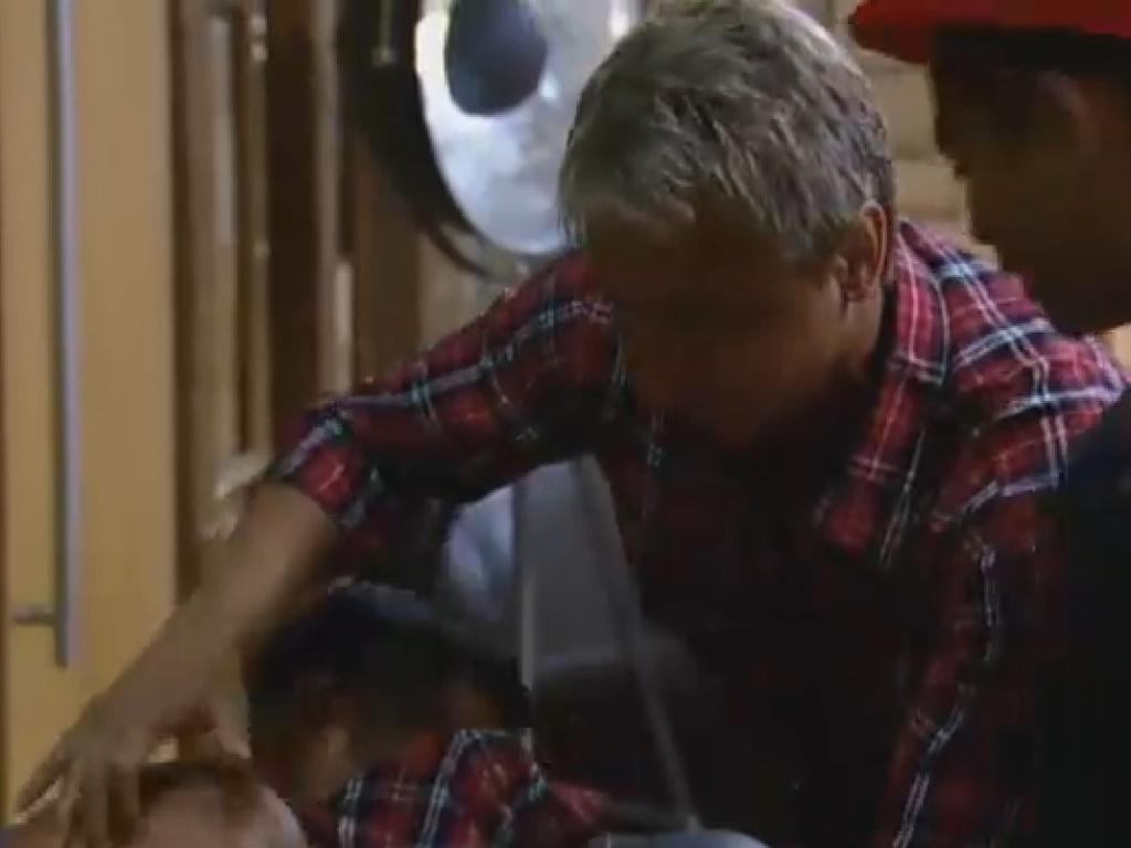 14.jul.2013 - Marcos Oliver cai no choro após discussão com Beto Malfacini