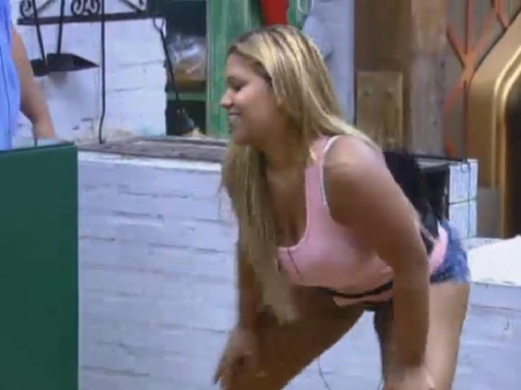 14.jul.2013 - Yani mostrou porque é chamada de Mulher Filé e rebolou até o chão