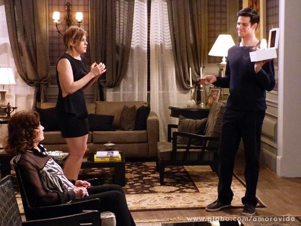 """Em """"Amor à Vida"""", Félix descobre planos de divórcio de Edith e incendeia as provas"""