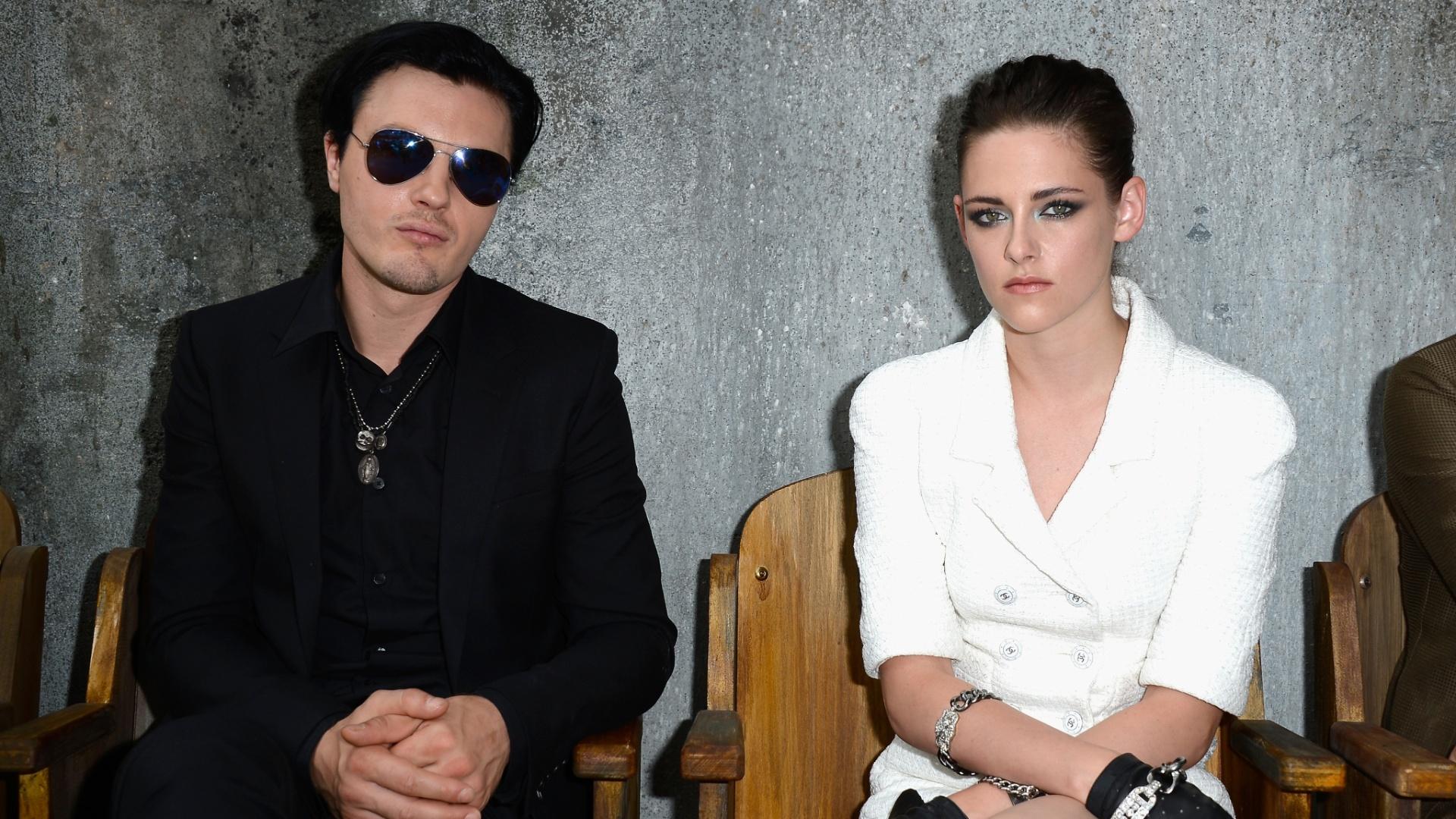 Kristen Stewart e Michael Pitt no desfile da grife Chanel em Paris