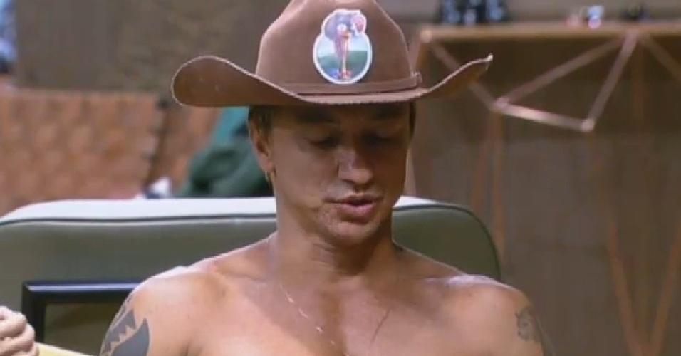 14.jul.2013 - Ivo Meirelles passa o chapéu de fazendeiro para Paulo Nunes