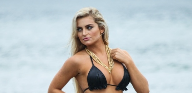 15.jul.2013 - A modelo Thaiz Schmitt fez ensaio fotográfico para o Calendário Sirena 2014 na praia do Guarujá, litoral de São Paulo. Thaiz foi coelhinha oficial da