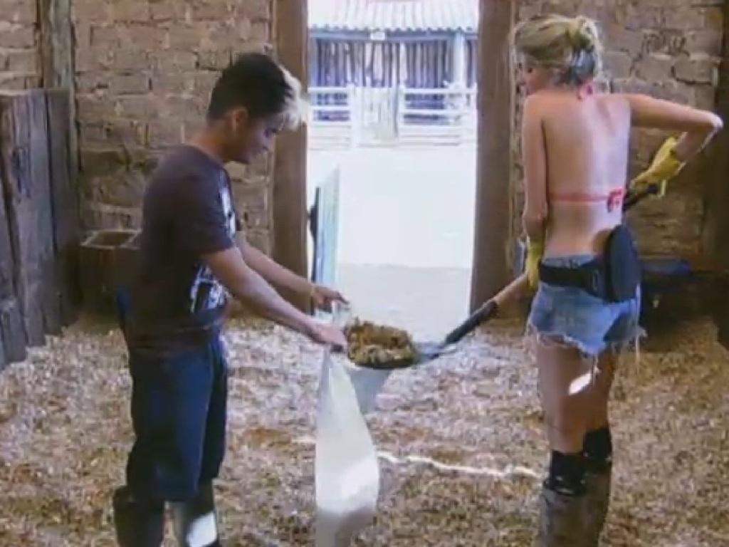 15.jul.2013 - Bárbara Evans e Yudi Tamashiro cuidam dos cavalos