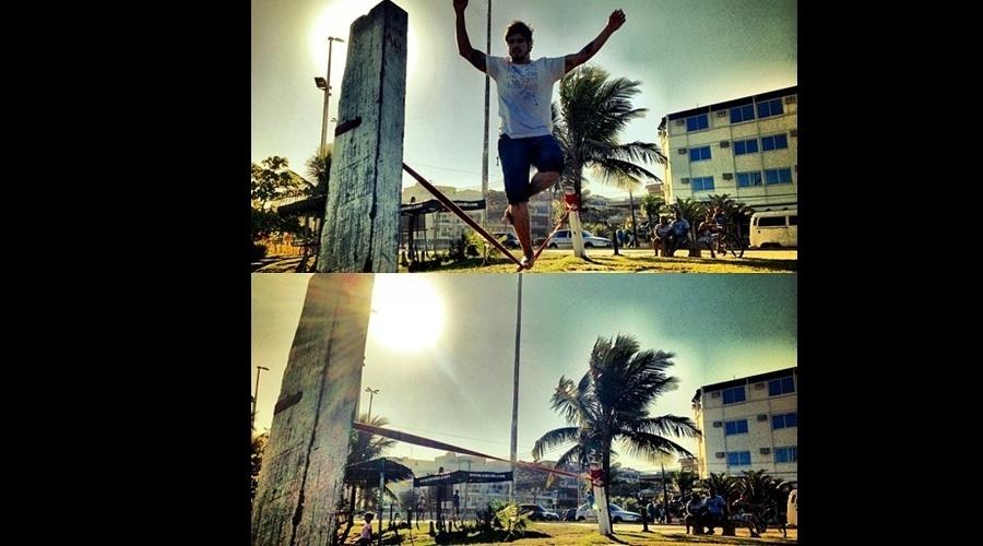 15.jul.2013 - Caio Castro exibiu suas habilidades no slackline para seus seguidores do Twitter. O ator divulgou uma imagem praticando a modalidade em uma praia do Rio. Caio está no ar em