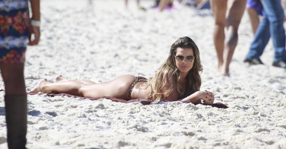 """15.jul.2013 - Com biquíni e óculos escuros, Fernanda Souza grava cenas de """"Malhação"""" na praia da Barra, na zona oeste do Rio"""