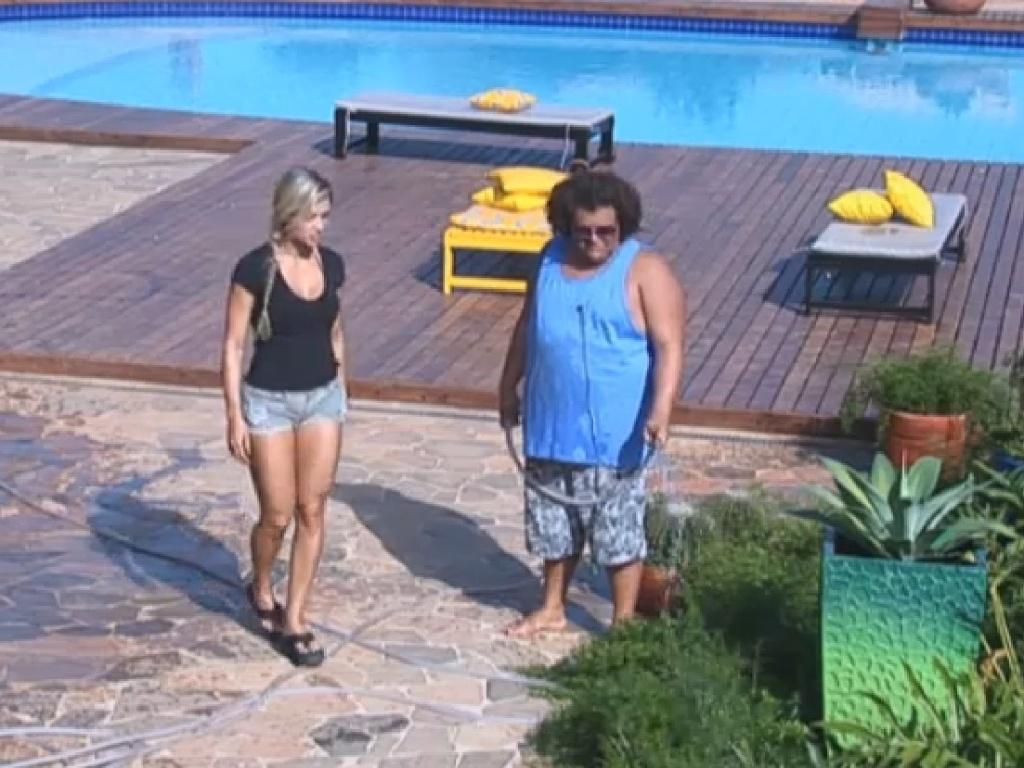 15.jul.2013 - Na roça, Aryane e Gominho conversam próximos à horta