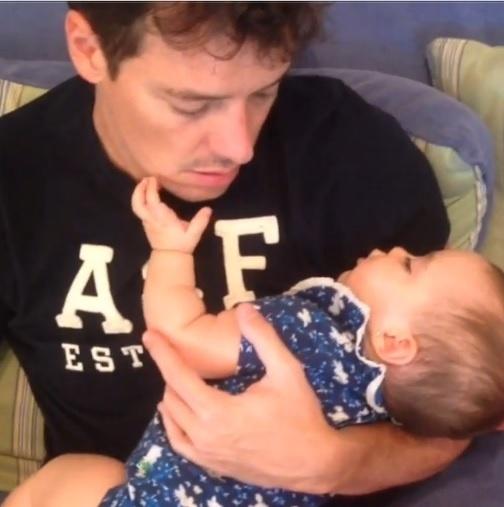 15.jul,2013 - Rodrigo Faro coloca a filha caçula Helena para ninar