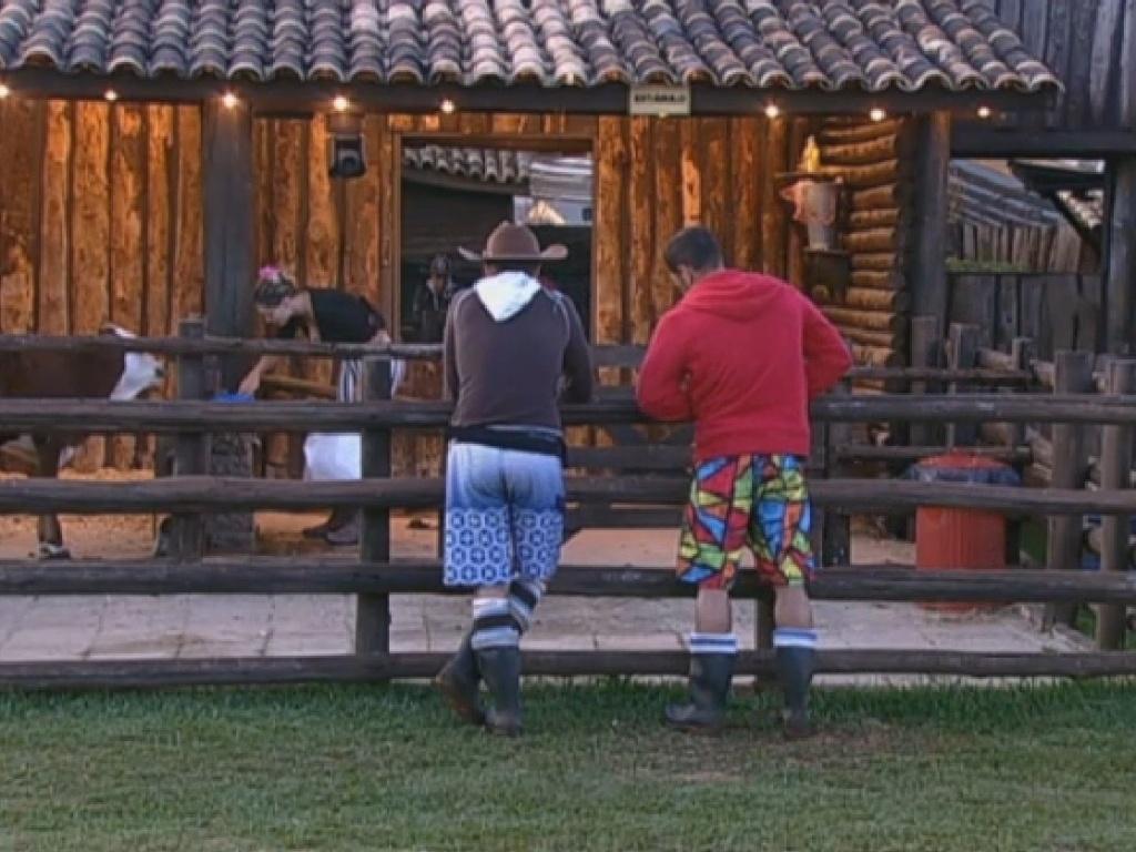15.jul.2013 - Sob supervisão do novo fazendeiro, Andressa limpa área do bezerro