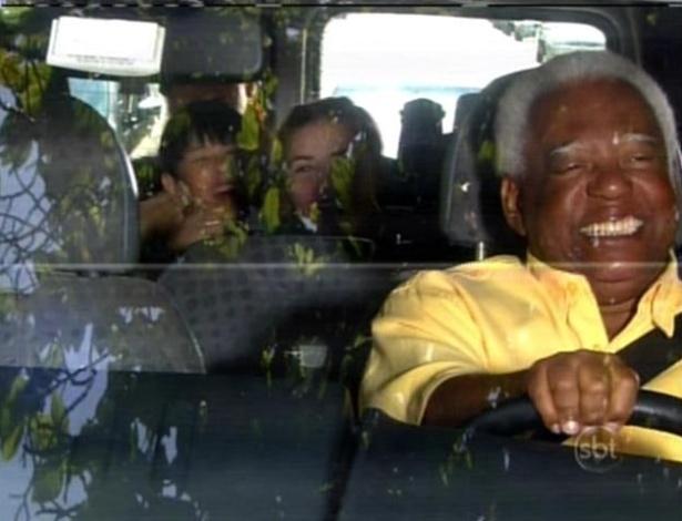 As meninas do orfanato Raio de Luz passeiam de carro com Chico