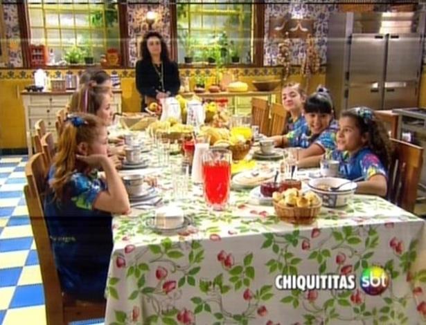 As meninas se reúnem para tomar café da manhã
