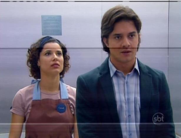 Carol e Junior ficam presos no elevador