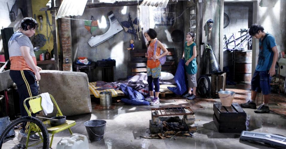 """Em """"Chiquititas"""", Pata e Mosca ficam sem lar e pedem ajuda para Carol"""