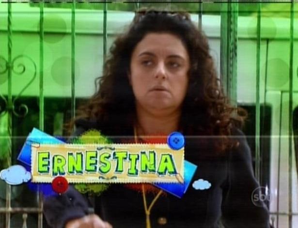 Ernestina aguarda as meninas no orfanato Raio de Luz