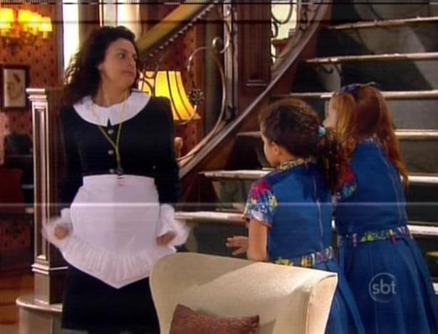 Ernestina tenta entrar na cozinha, mas é impedida por Tati e Ana