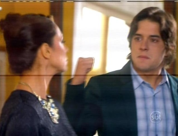 Junior cobra satisfações a Carmem sobre o estado de saúde de Gabriela