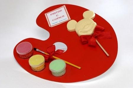 Kit com aquarela e pirulito de chocolate; da Peppermint Place (www.peppermintplace.com.br), por R$ 25 (unidade). Disponibilidade e preço pesquisados em julho de 2013 e sujeito a alterações