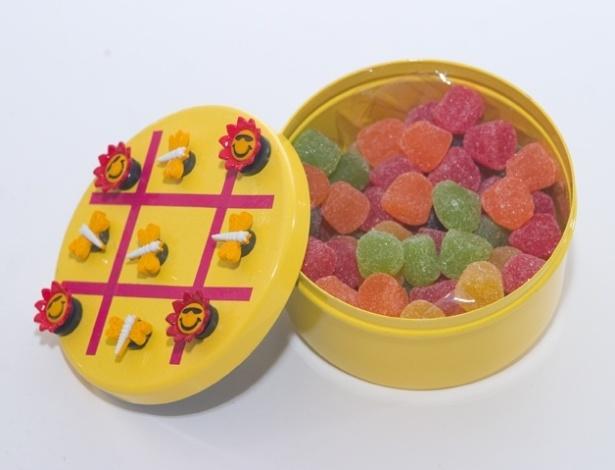 Lata de jogo da velha com balas de goma; da Peppermint Place (www.peppermintplace.com.br), por R$ 25 (unidade). Disponibilidade e preço pesquisados em julho de 2013 e sujeito a alterações
