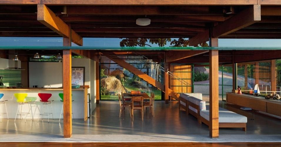 Presença marcante na construção, a madeira cumaru comparece tanto em elementos estruturais, como também no deck, nas venezianas e na escada, concedendo uma atmosfera acolhedora ao conjunto arquitetônico. A Casa Embaúba foi projetada pela arquiteta Flavia Cancian