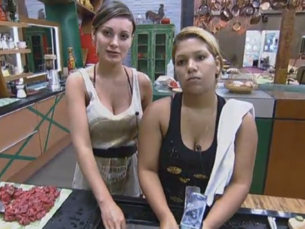 16.jul.2013 - Andressa Urach e Mulher Filé reclamam de intromissões na cozinha
