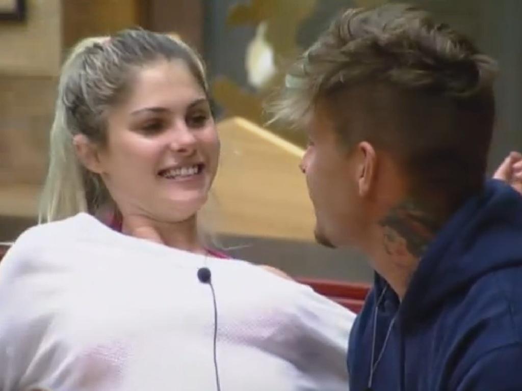 16.jul.2013 - Bárbara Evans e Mateus Verdelho trocam beijos e carícias na manhã desta terça-feira