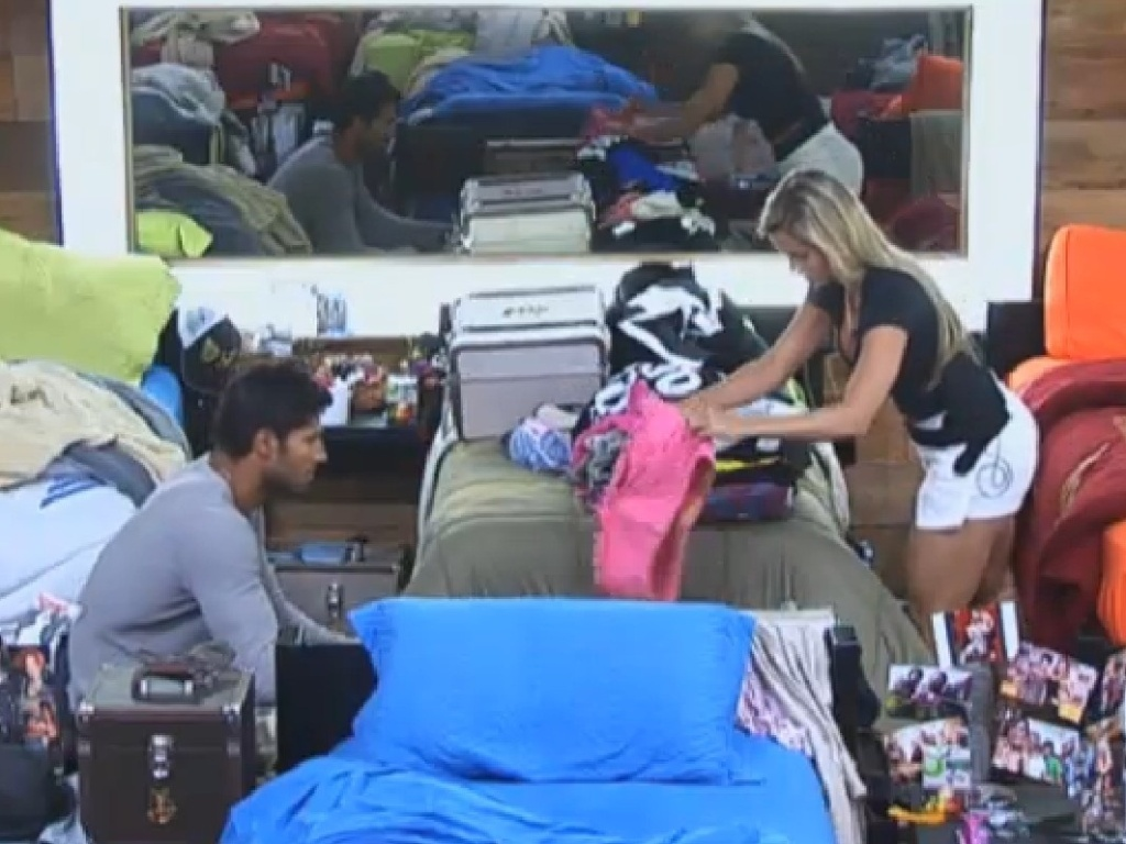 16.jul.2013 - Beto Malfacini ajuda Aryane Steinkopf a arrumar as malas