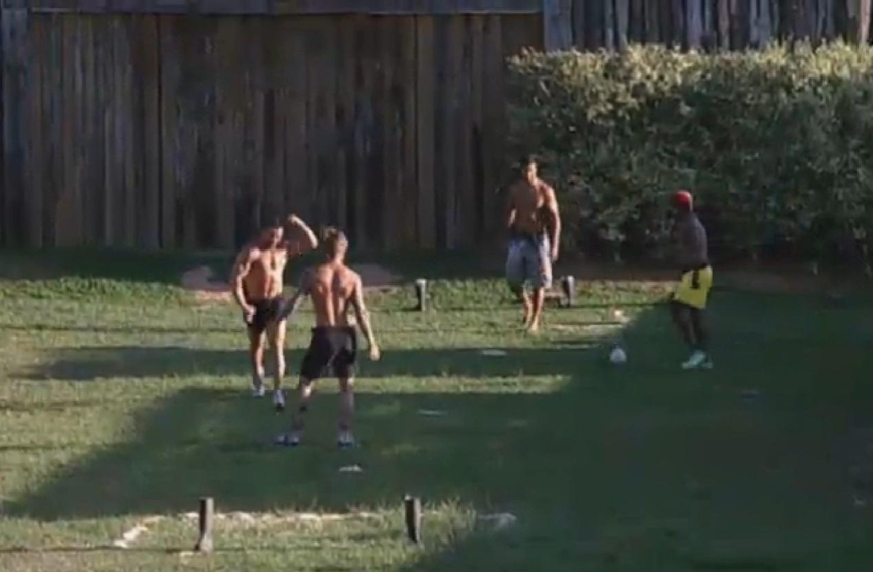 16.jul.2013 - Em campo improvisado, peões jogam futebol