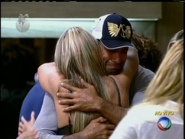 16.jul.2013 - Beto Malfacini chora após eliminação de Aryane e é consolado por Denise Rocha