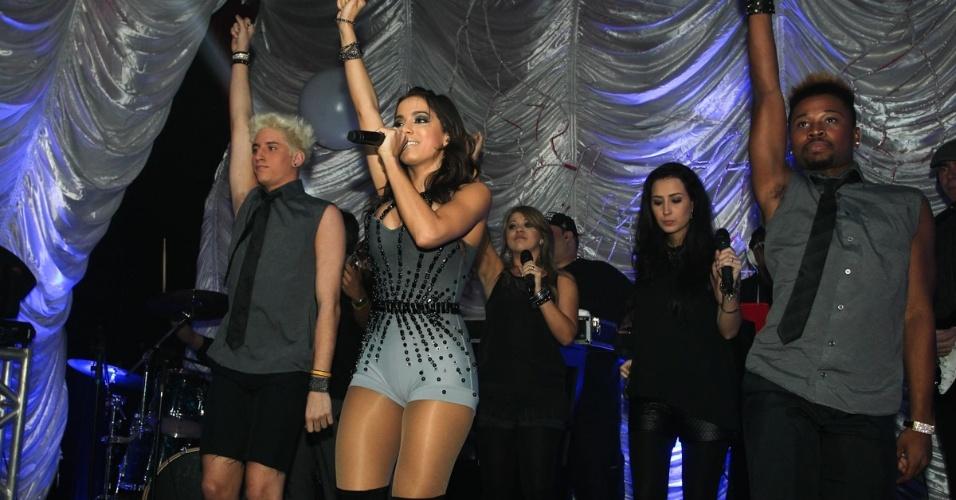 """16.jul.2013 - Dona dos hits """"Show das Poderosas"""", """"Menina Má"""", """"Proposta"""" e """"Meiga e Abusada"""", a funkeira carioca de 20 anos faz show de seu projeto """"O Clube da Anitta"""" em São Paulo"""