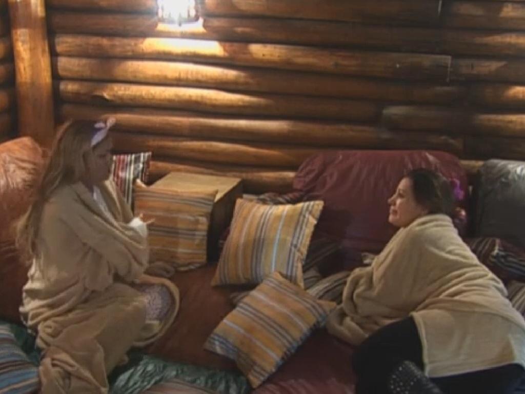 16.jul.2013 - Mulher Filé e Andressa Urach fecham aliança na Fazenda