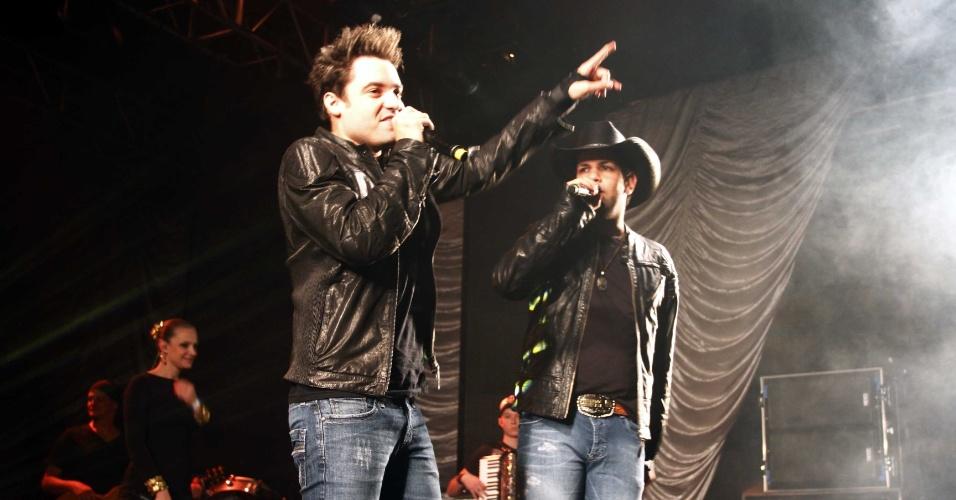 16.jul.2013 - Os cantores Fernando e Sorocaba durante evento de lançamento da 58ª Festa do Peão de Barretos no Villa Country, em São Paulo