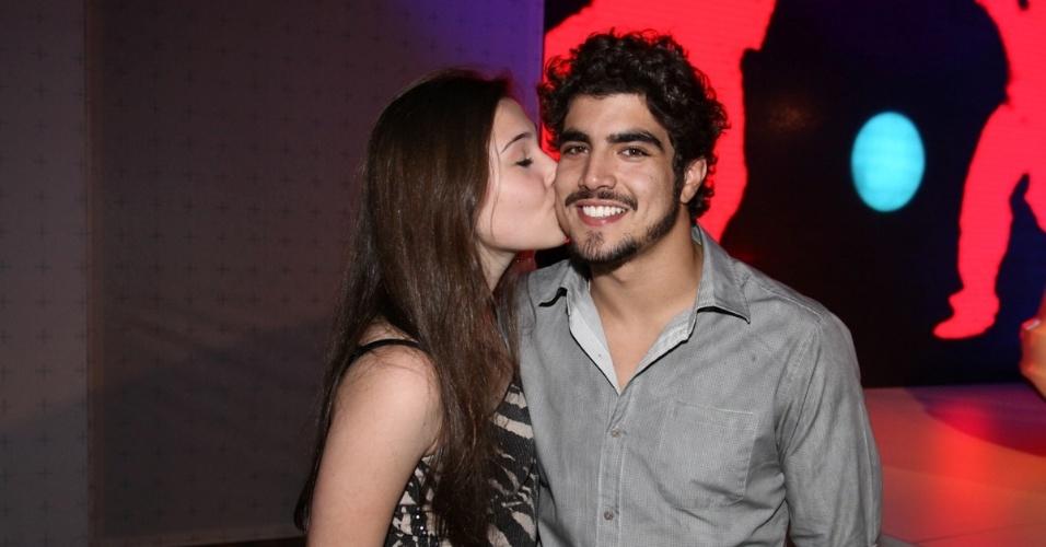 17.jul.2013 - Caio Castro recebe beijo de fã em evento de uma marca de carros em São Paulo