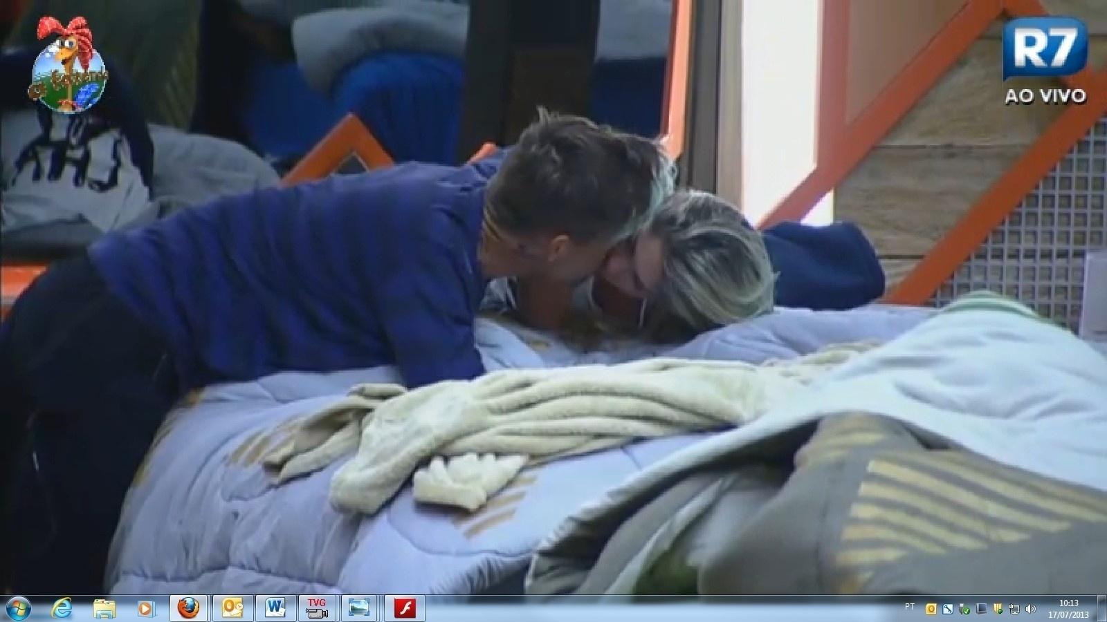 17.jul.2013 - Mateus Verdelho beija Bárbara antes de disputar a prova da chave