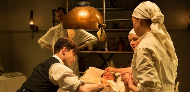 17.jul.2013 - O doutor Vladimir Bomgard (Daniel Radcliffe e Jon Hamm) realiza um parto em cena da série