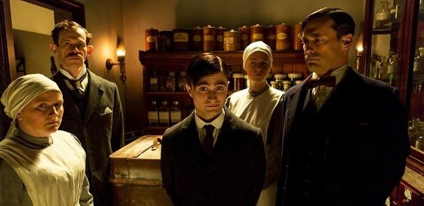 17.jul.2013 - O doutor Vladimir Bomgard (Daniel Radcliffe e Jon Hamm) se prepara para uma cirurgia em cena da série