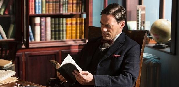 17.jul.2013 - O doutor Vladimir Bomgard (Jon Hamm) lê seu livro de anotações em cena da série