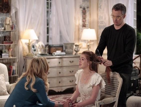 """Em """"Amor à Vida"""", Nicole desiste de raspar os cabelos e chora"""