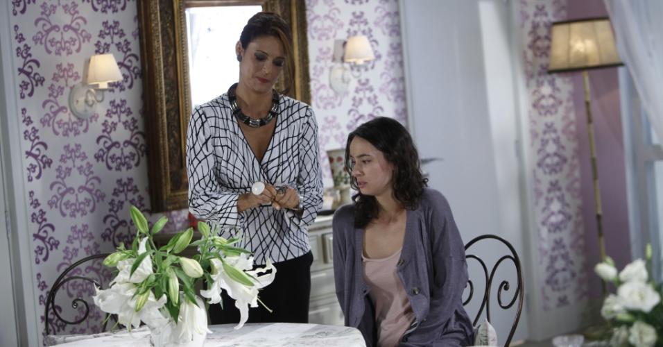"""Em """"Chiquititas"""", Carmem troca o remédio de Gabriela, deixando a jovem pior"""
