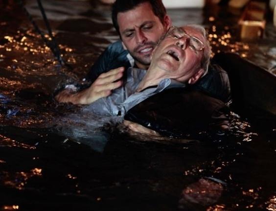 """Em """"Flor do Caribe"""", Cassiano salva Samuel de afogamento"""