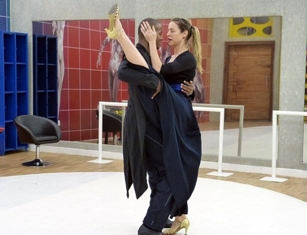 17.jul.2013 - Luana Piovani exibe flexibilidade durante ensaios da