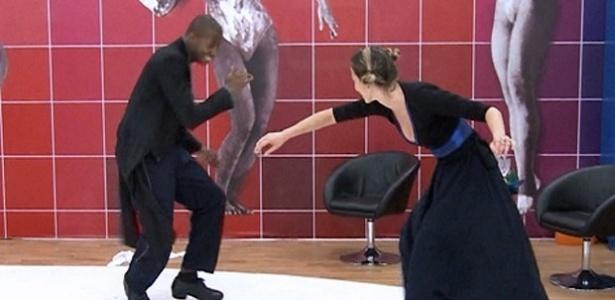 17.jul.2013 - Luana Piovani joga capoeira durante ensaios da