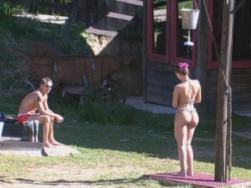 18.jul.2013 - Andressa Urach exibe atributos durante banho gelado no celeiro