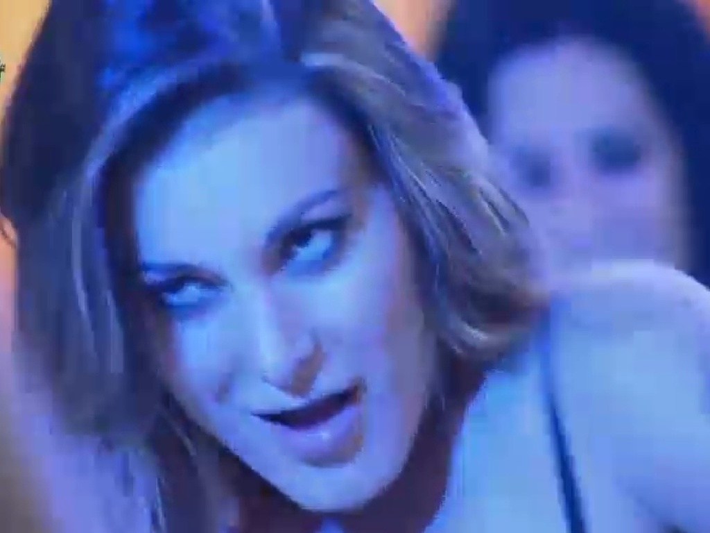 18.jul.2013 - Andressa Urach sensualiza na pista de dança
