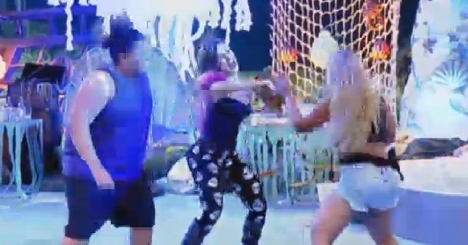 18.jul.2013 - Gominho aprende passos com Andressa Urach e Mulher Filé