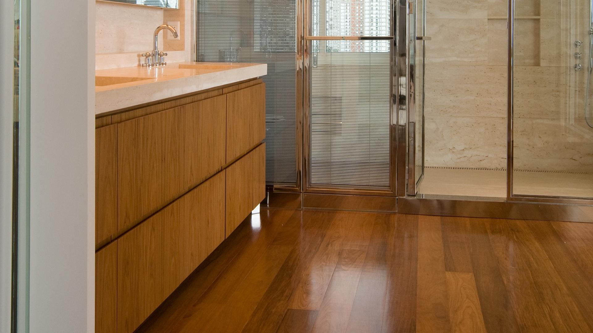 do casal é ampla com madeira predominante no revestimento da bancada  #744515 1920x1080 Bancada Banheiro Rj