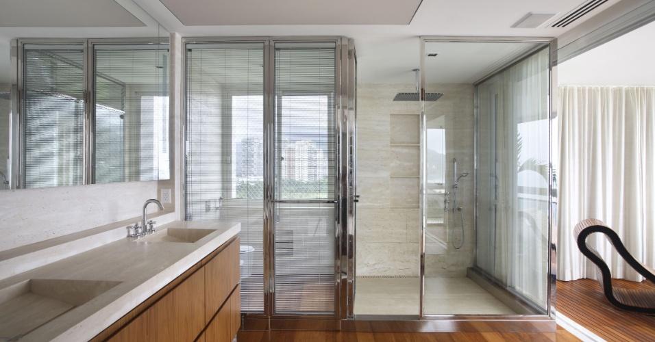 A varanda privativa do segundo andar do apartamento dúplex, em São Conrado (RJ), está ligada ao banheiro da suíte do casal. A reforma e decoração de interiores da residência foram projetadas pela arquiteta Izabela Lessa