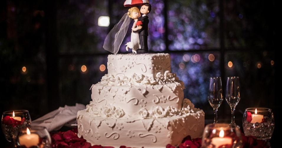"""Bonequinhos que enfeitam o bolo vêm acompanhados de um guarda-chuva temático da Umbrella, de """"Resident Evil"""""""